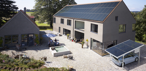 SolarWorld_Sundeck__SunCarport_mit_Toyota_Prius_Plug_In_6605